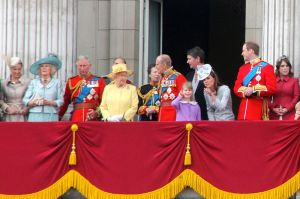 800px-British_Royal_Family,_June_2012